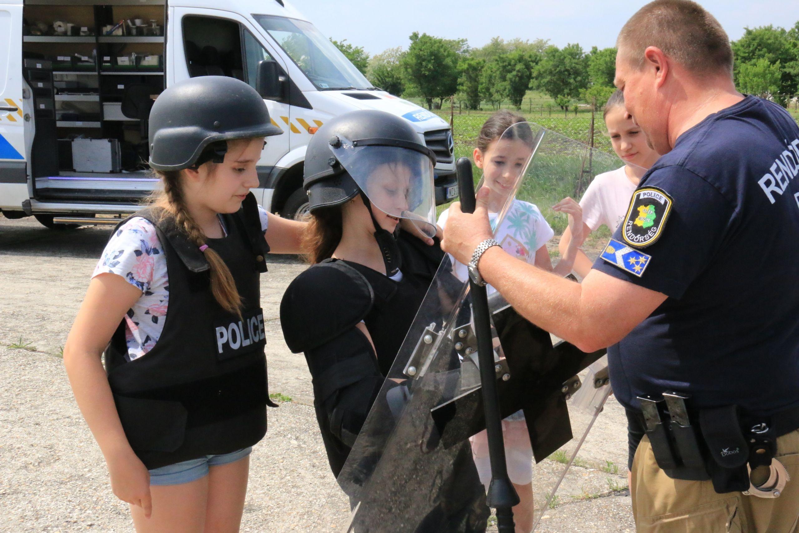Egy napra rendőrök lehettek a fehérvári gyerekek