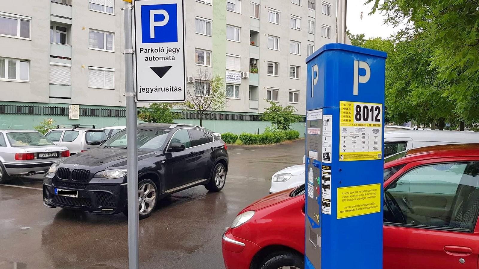 Júliustól egy órányi ingyenes parkolás jár a Fehérváriaknak