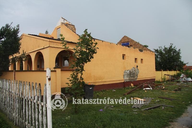 Lakóház tetejét tépte le a szél Sárkeresztúron
