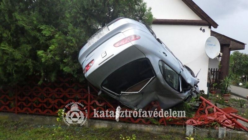 Kerítésnek csapódott egy autó Alapon
