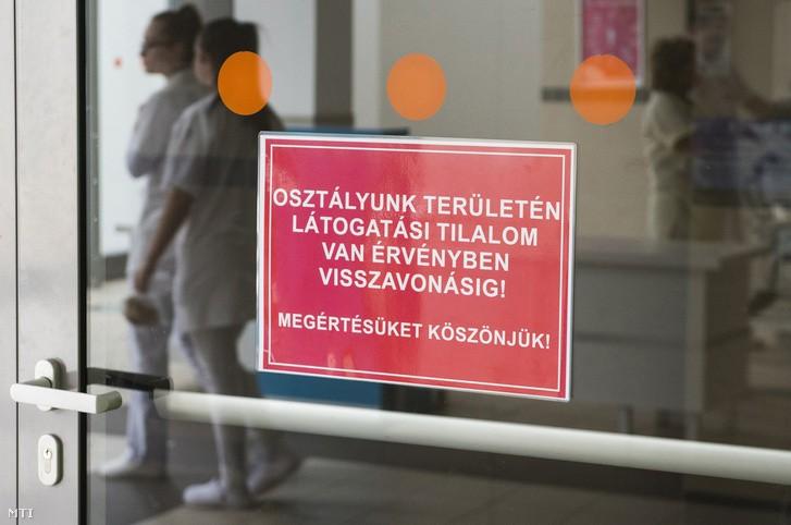 Maradnak az eddigi látogatási tilalmak a kórházakban