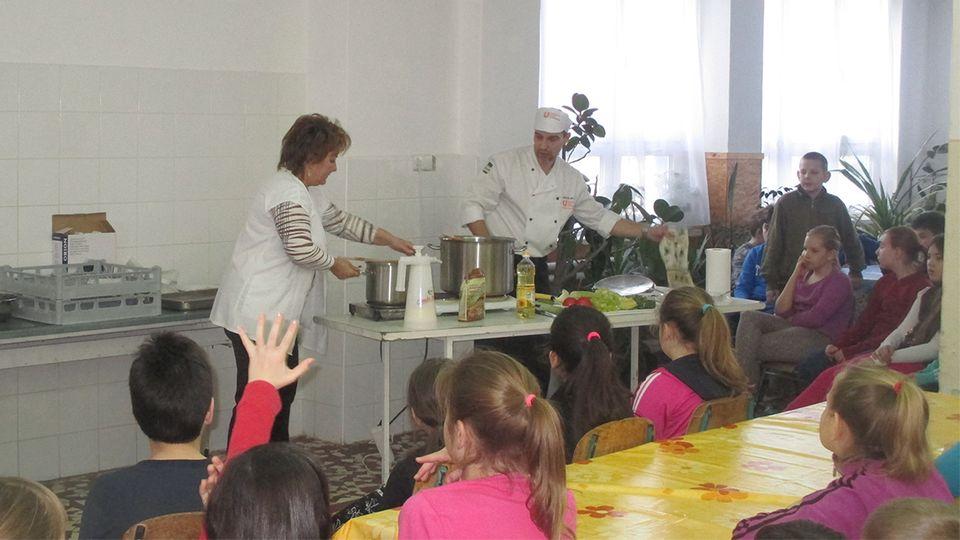 Bemutató főzés a martfűi iskolában