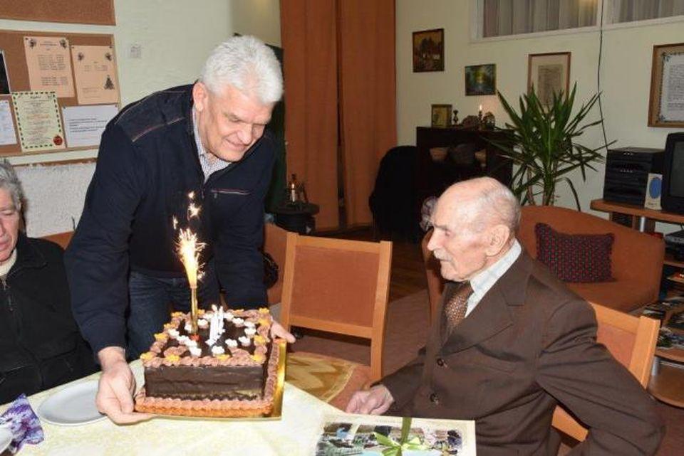 a 102 esztendős Sárai-Szabó Károlyt köszöntötték