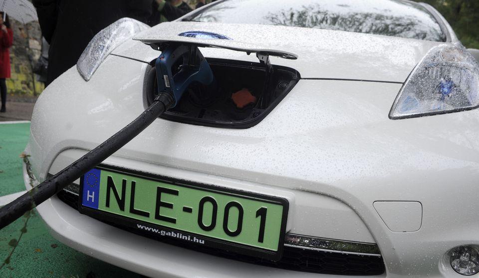 Szolnokon is ingyen parkolhatnak, sőt még tankolhatnak is a zöld rendszámú autók