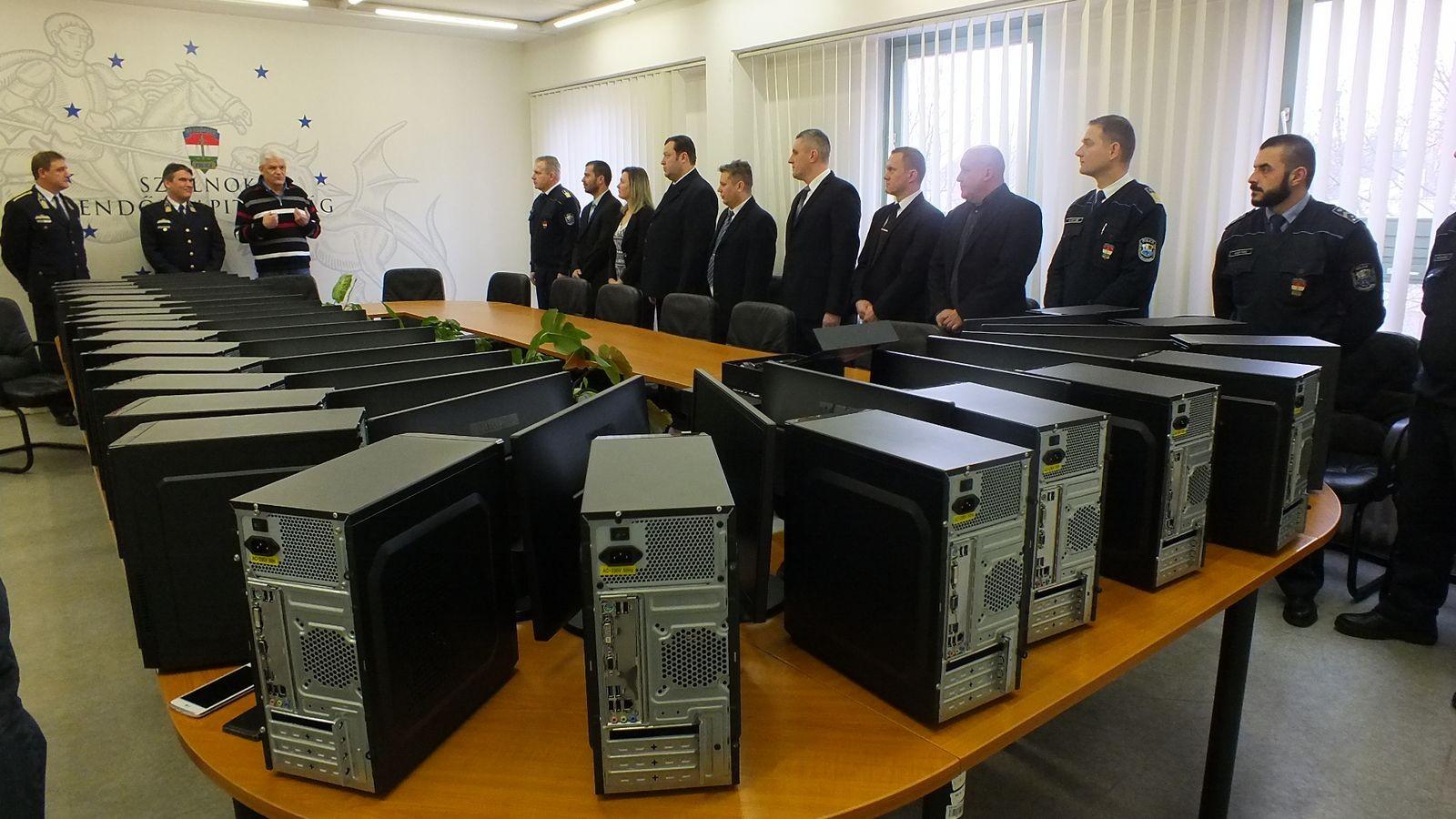 Számítógépeket kaptak a szolnoki rendőrök