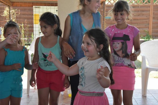 A roma hagyományokkal ismerkednek a szolnoki táborban