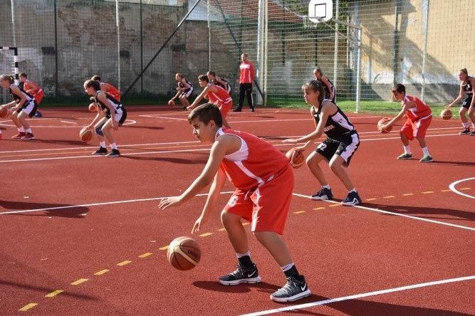 Felavatták a szolnoki Tiszaparti Római Katolikus Általános Iskola új sportudvarát