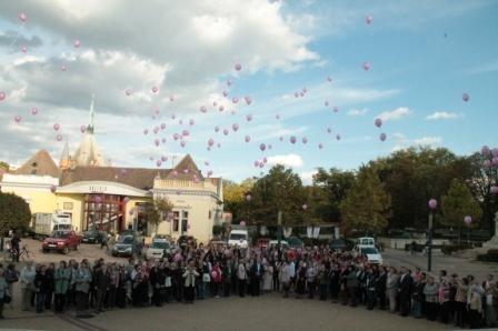 Flashmobbal emlékeztek a szolnokiak a Mellrák elleni világnapon