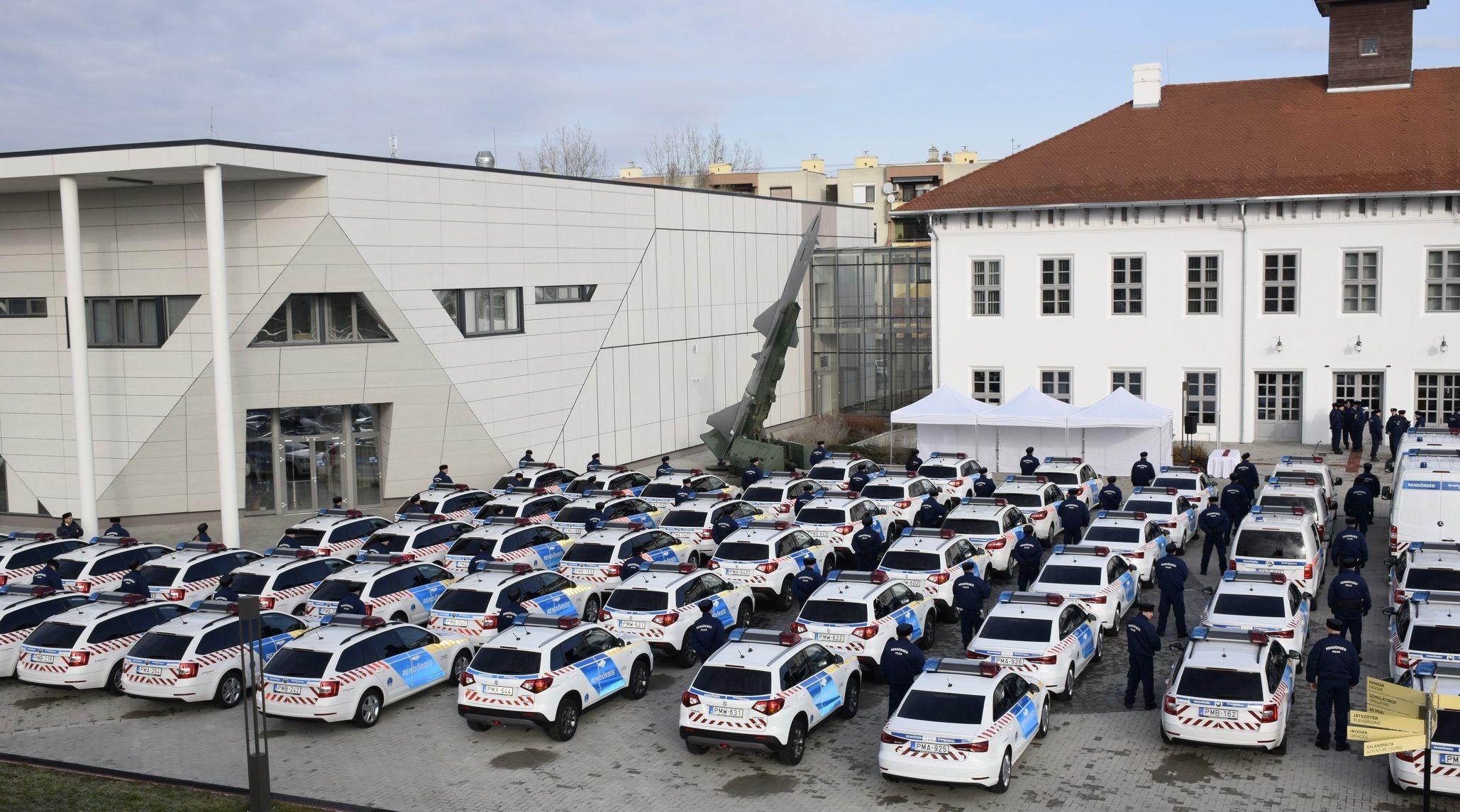 63 új szolgálati járművet kapott a Jász-Nagykun-Szolnok Megyei Rendőr-főkapitányság