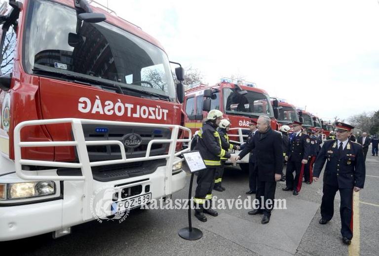 4 új Rába-Heros Aquadux X-4000 típusú tűzoltójármű áll készenlétben Jász-Nagykun-Szolnok megyében