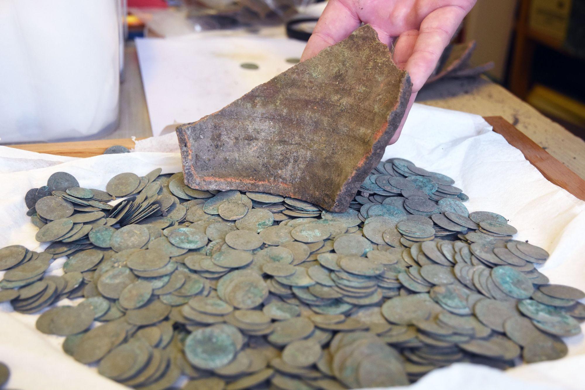 Több ezer lengyel veretű ezüstpénz került elő a kunmadarasi repülőtérnél