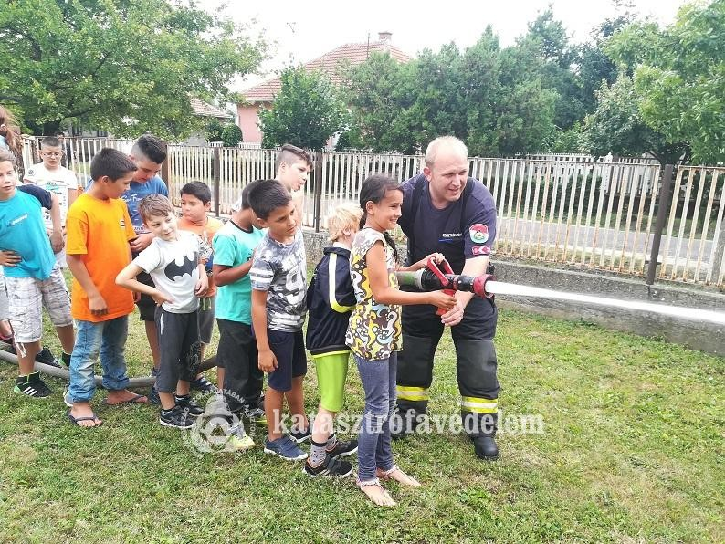 Táborozó gyermekekhez látogattak a szolnoki tűzoltók