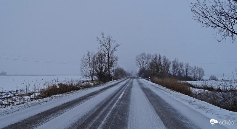 Havazás - Jász-Nagykun-Szolnok megyében is télies útviszonyok nehezítik a közlekedést