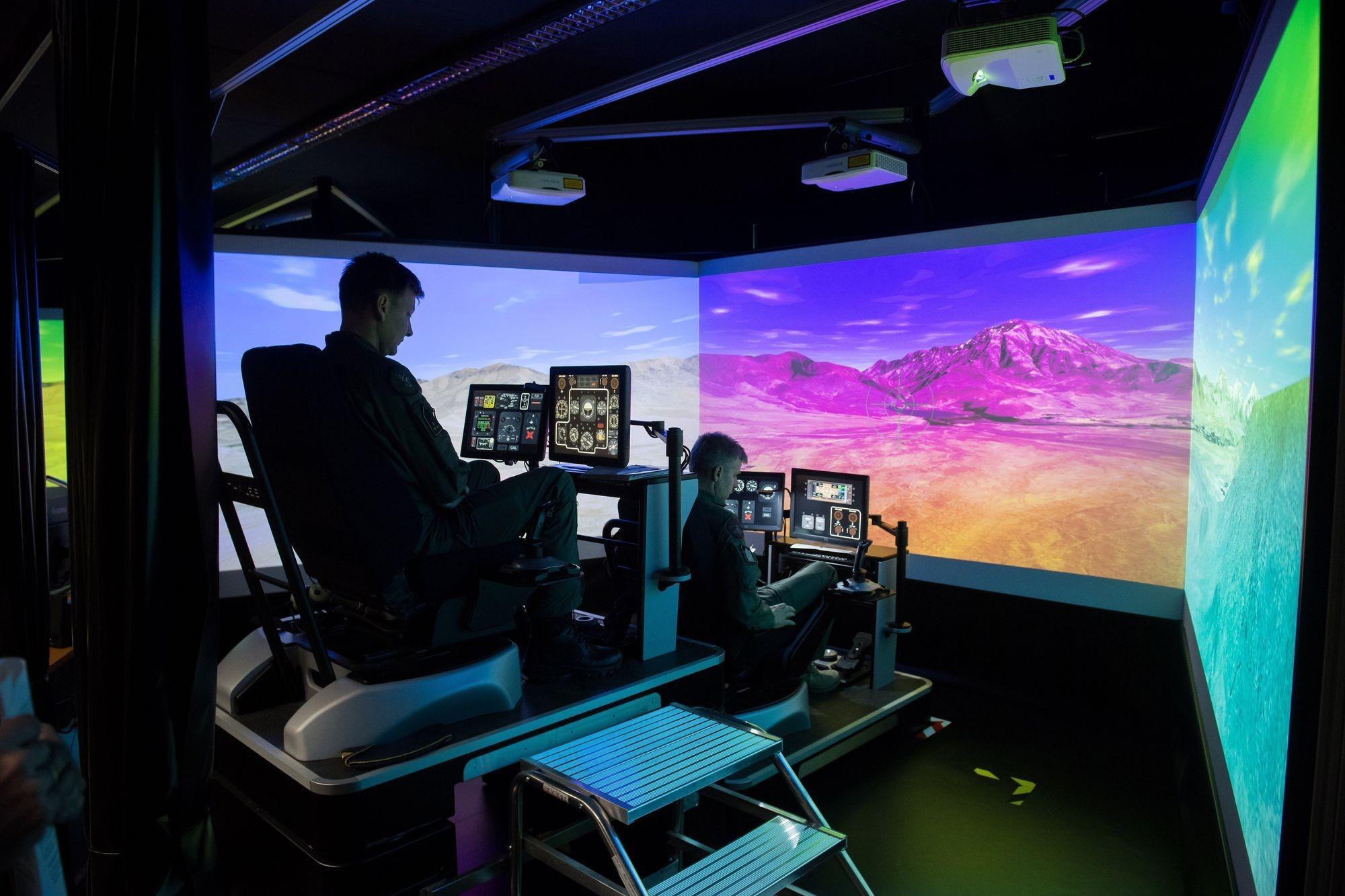 Helikopterszimulátort adtak át a Magyar Honvédség szolnoki bázisán