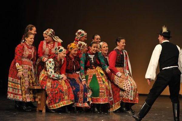 Tizenhat táncegyüttes csaknem ötszáz táncosa a jubileumi néptáncfesztiválon Szolnokon