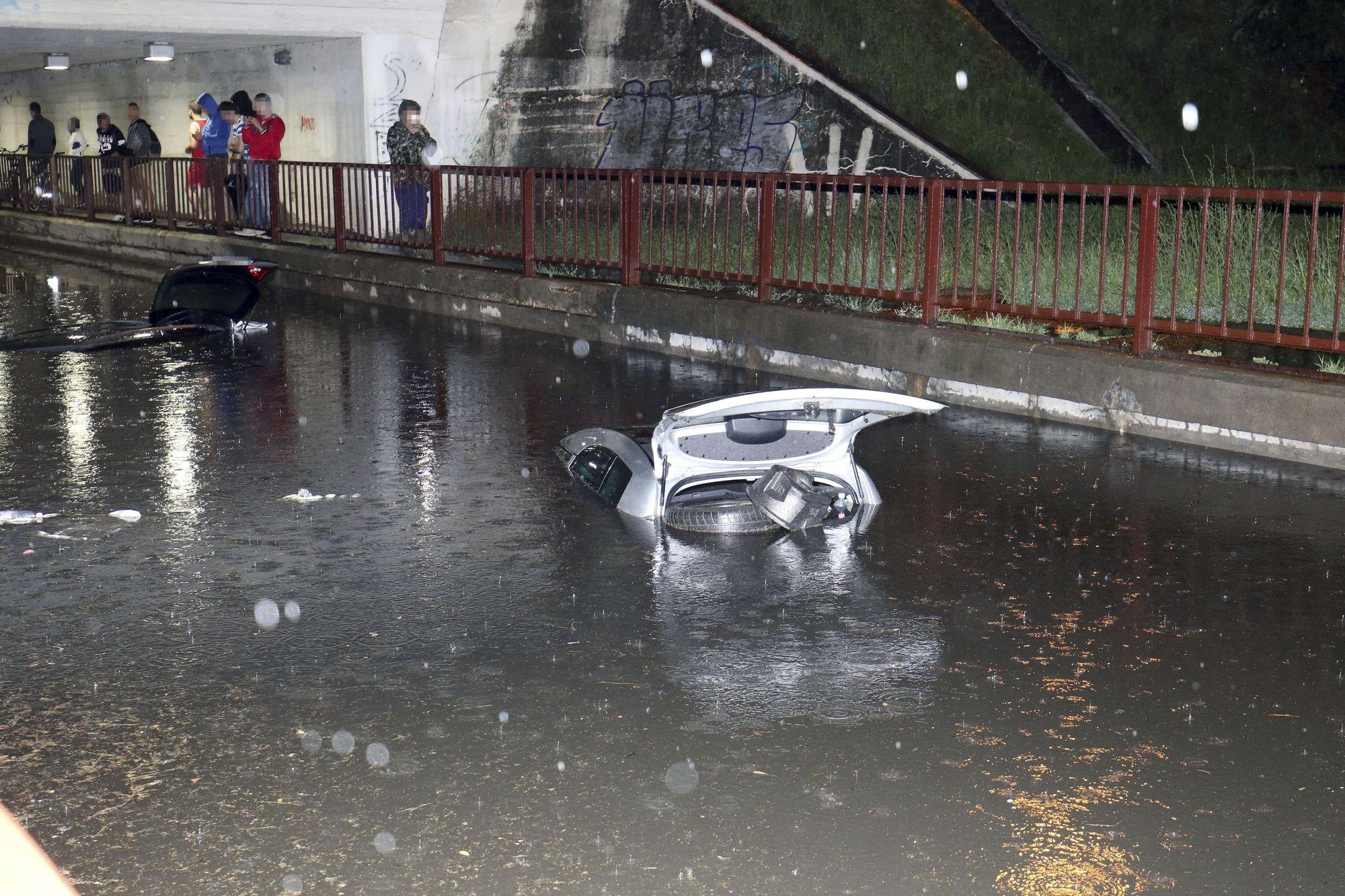 Felhőszakadás után autók merültek el az esővízben Szolnokon