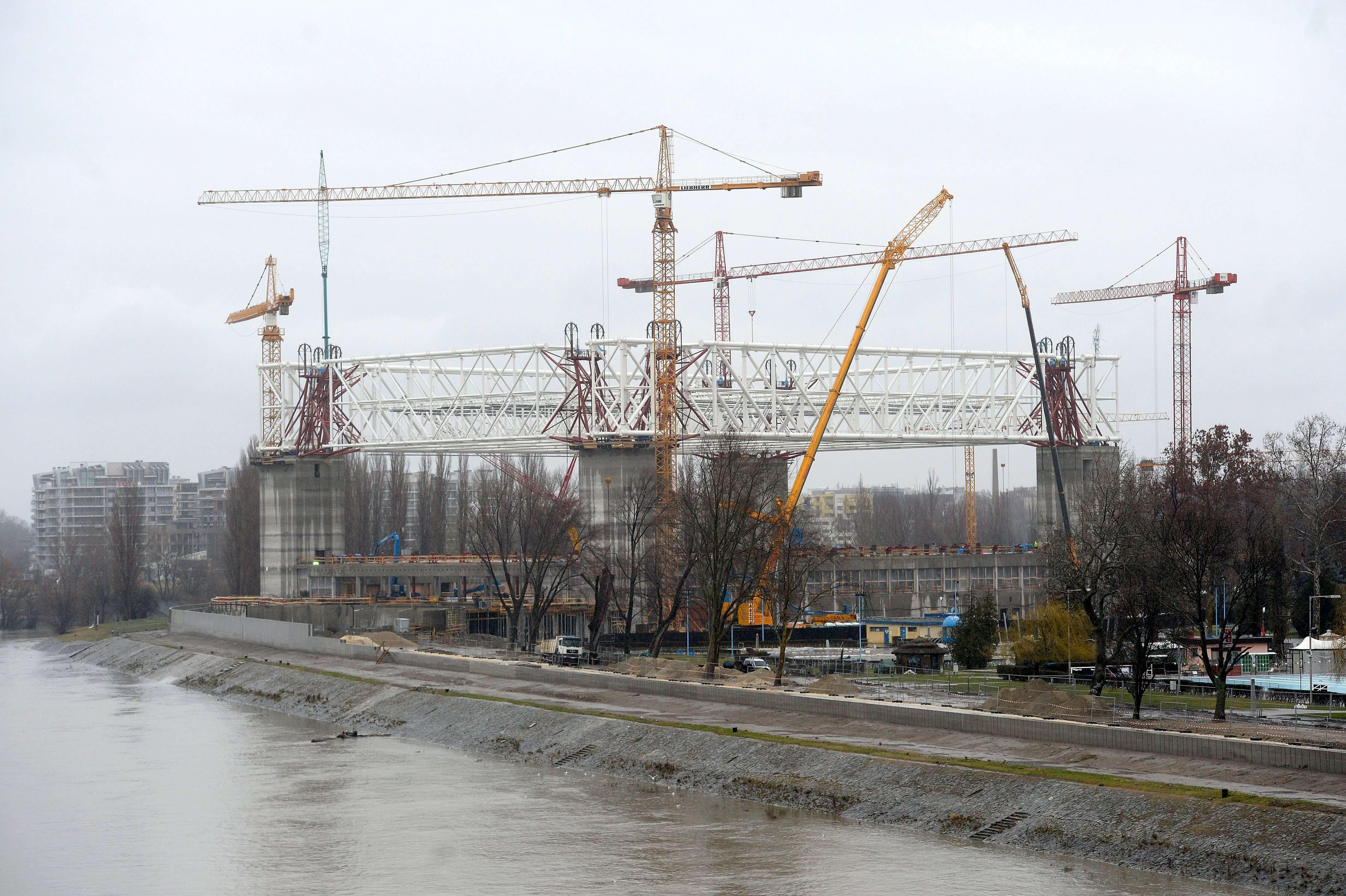 Hat órán át emelték az úszópalota 2400 tonnás tetőszerkezetét