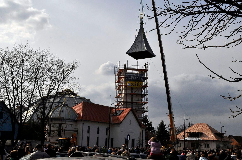 Helyére emelték a veresegyházi templom toronysisakját