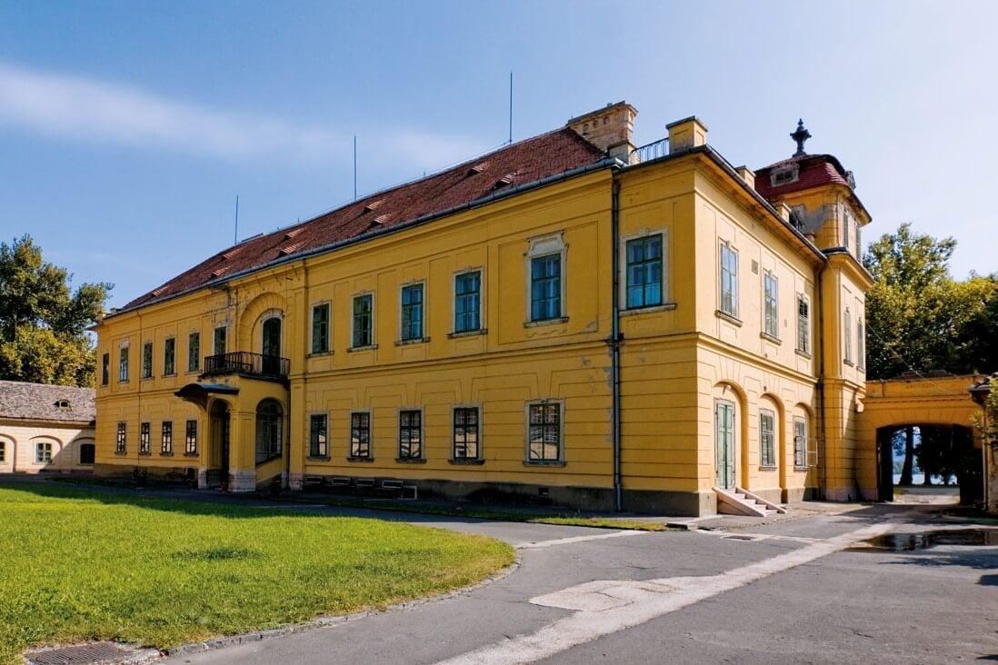 Visszanyeri régi színét és pompáját a tatai Esterházy-kastély