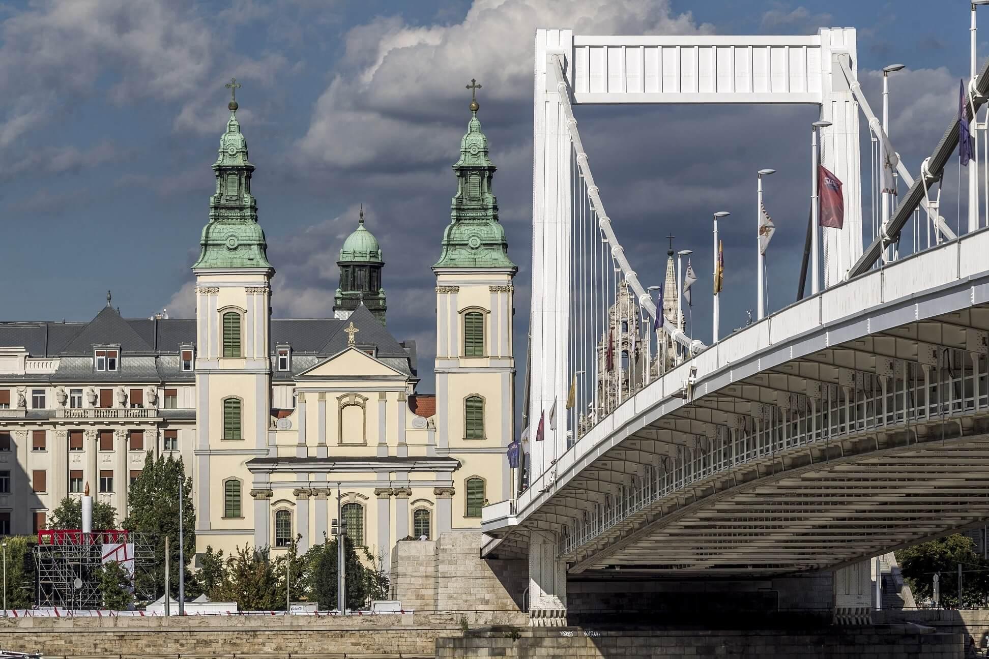 A felújított Belvárosi Főplébánia alatt román kori bazilikát is feltártak