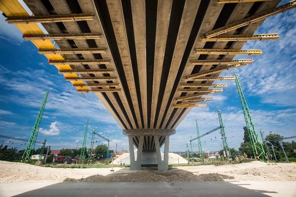 Már zajlik a közlekedés a Várpalota mellett épült új vasúti hidakon