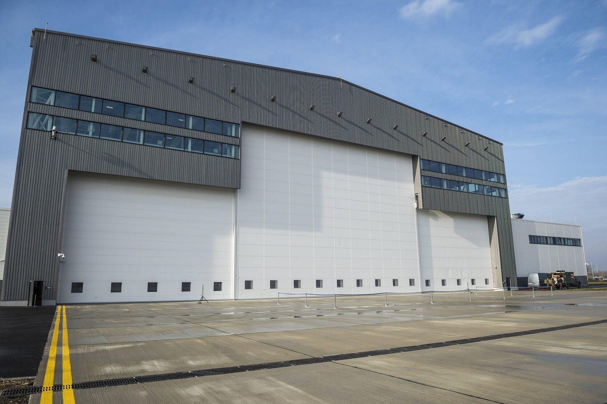 Katonai hangárt adtak át a pápai bázisrepülőtéren