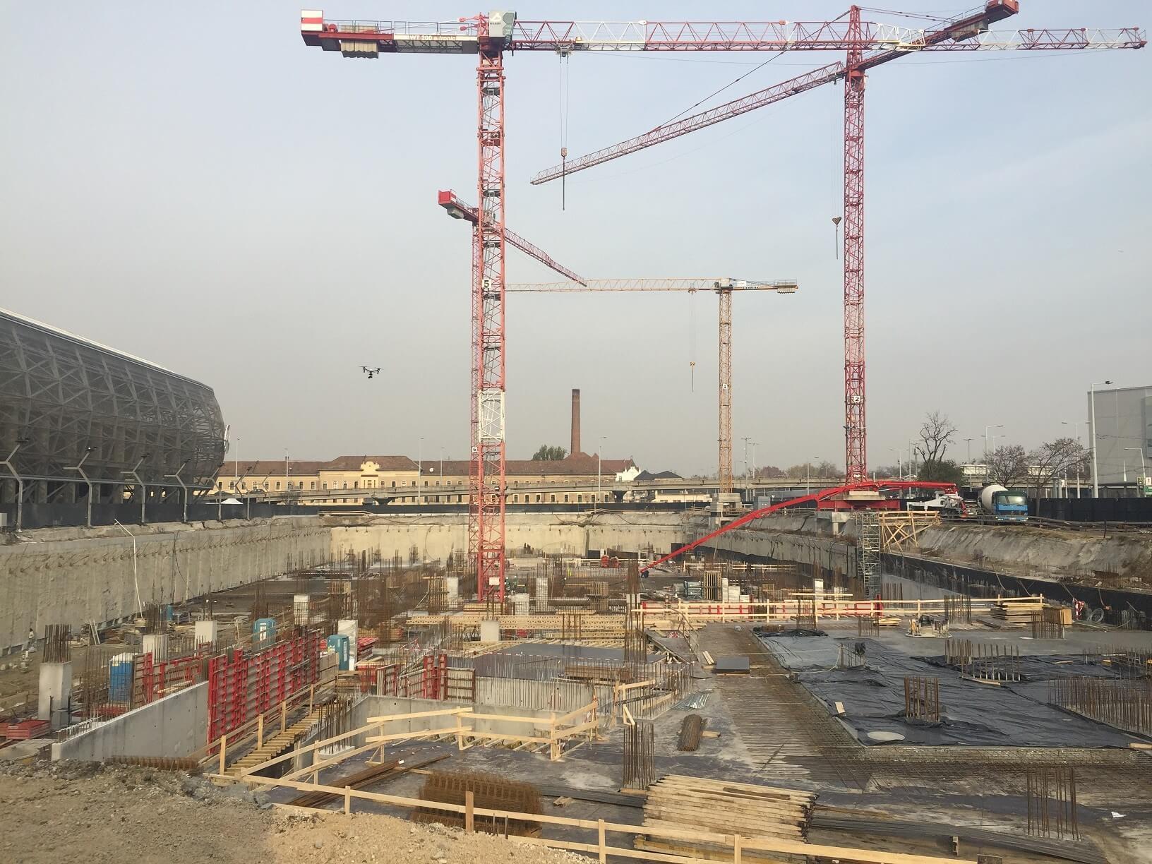 """""""Annyi beton, mint 60 kilométer autóút"""" – letették a Telekom székház alapkövét"""