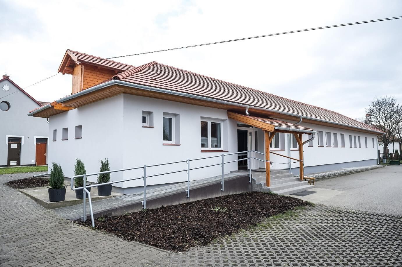 Konferenciateremmel bővült Kömlőd romokból újjáélesztett foglalkoztatóháza