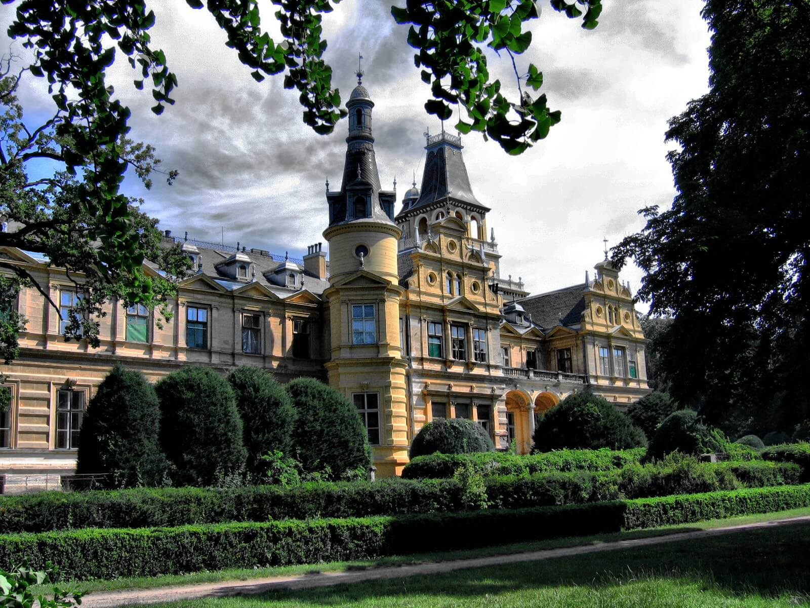 Százéves fényképek alapján újul meg a szabadkígyósi kastély belső tere