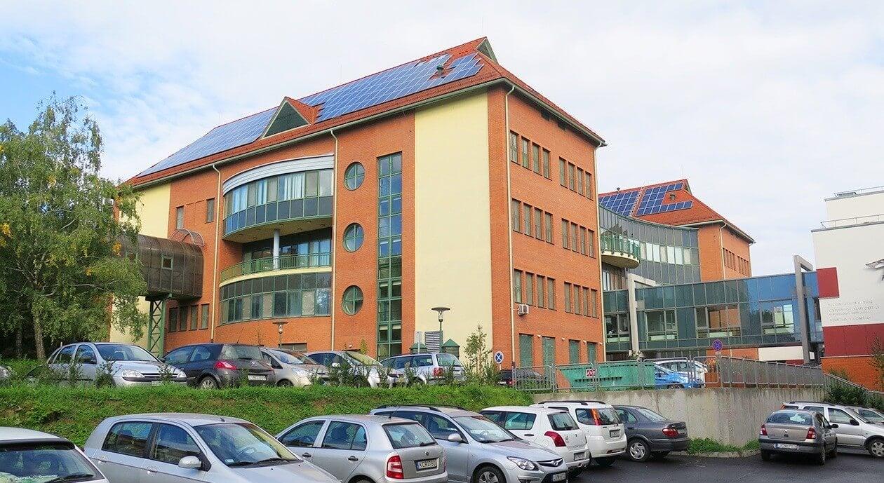 Bővíti napelemparkját a szekszárdi kórház