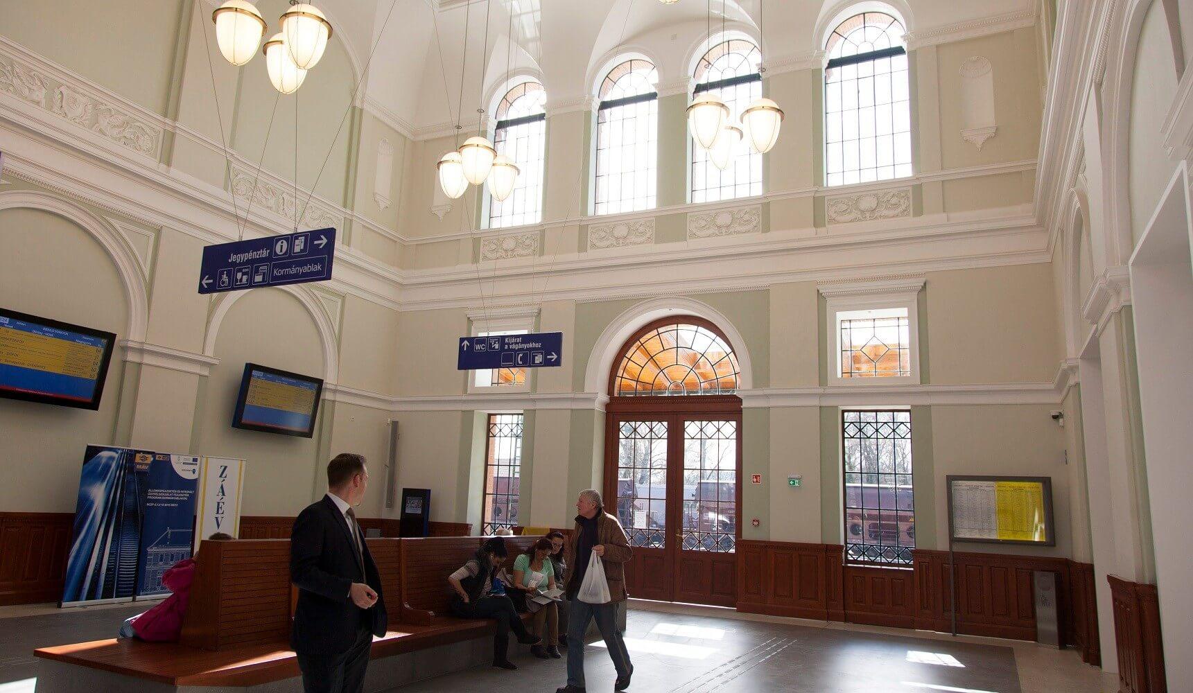 Átadták a ZÁÉV által felújított kaposvári vasútállomást