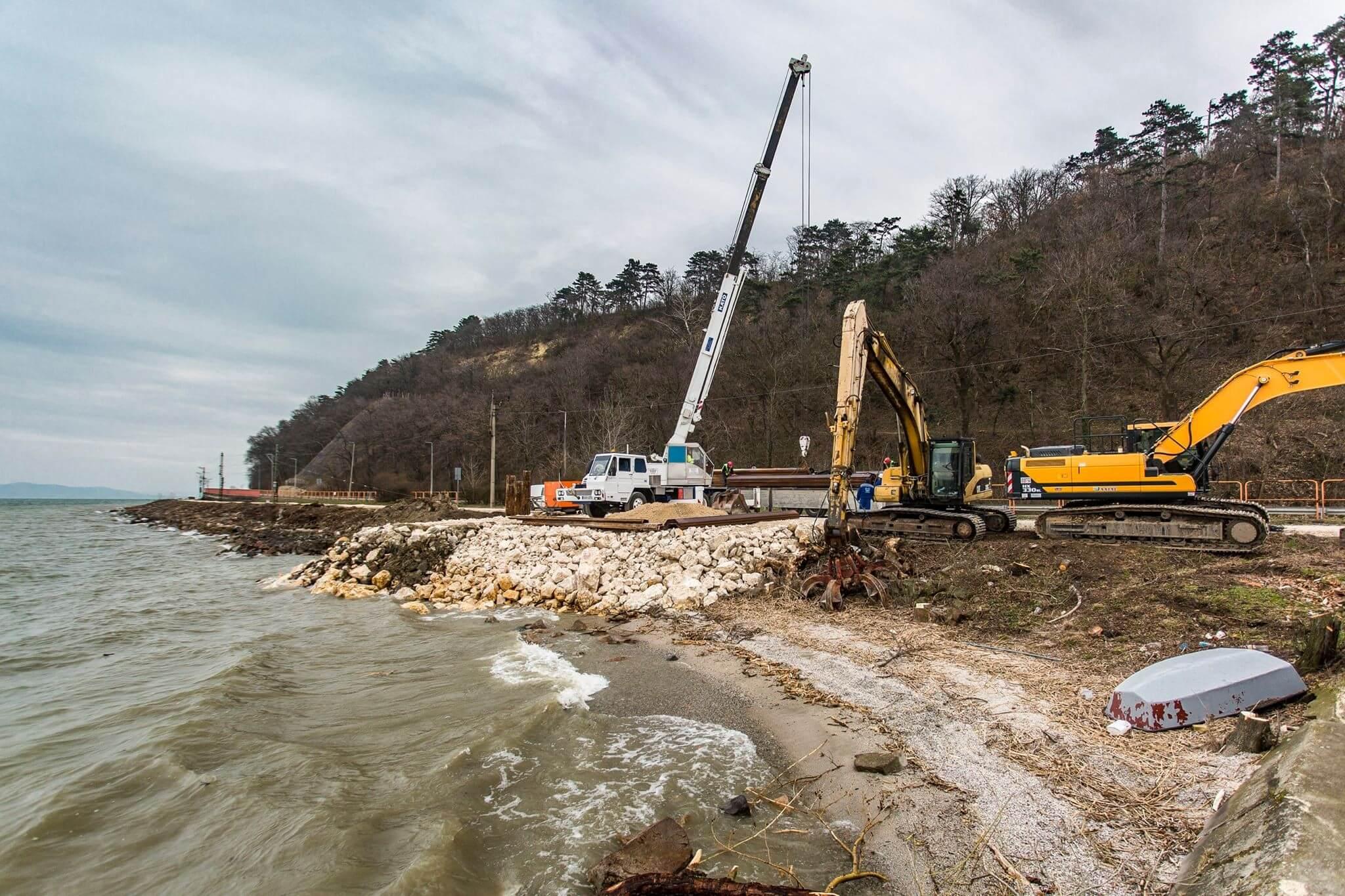 Hullámtörővel óvják meg a dél-balatoni vasútvonalat az eróziótól