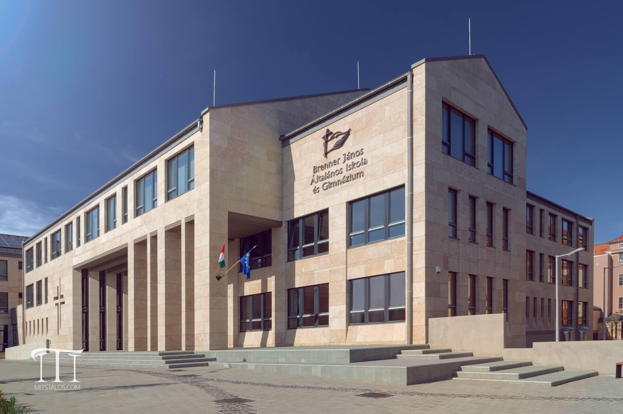 Mostantól tábla hirdeti a ZÁÉV és a Westbau nívódíját Szombathelyen