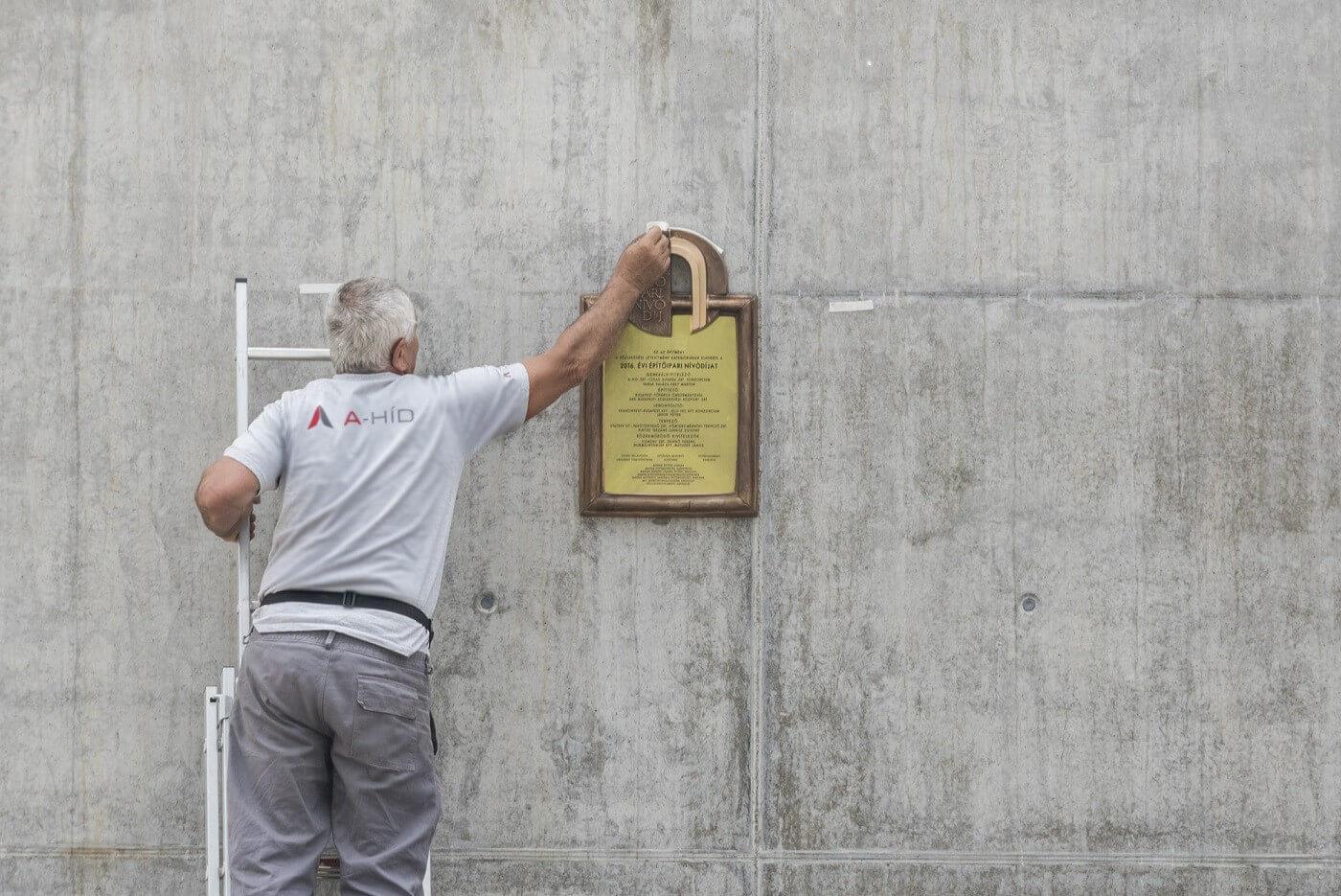 Emléktáblát kapott a Népligetnél az 1-es villamos meghosszabbítása