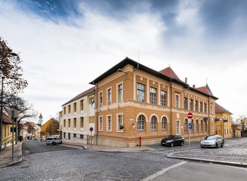 Hatezer négyzetméteren újul meg egy pécsi katolikus iskola