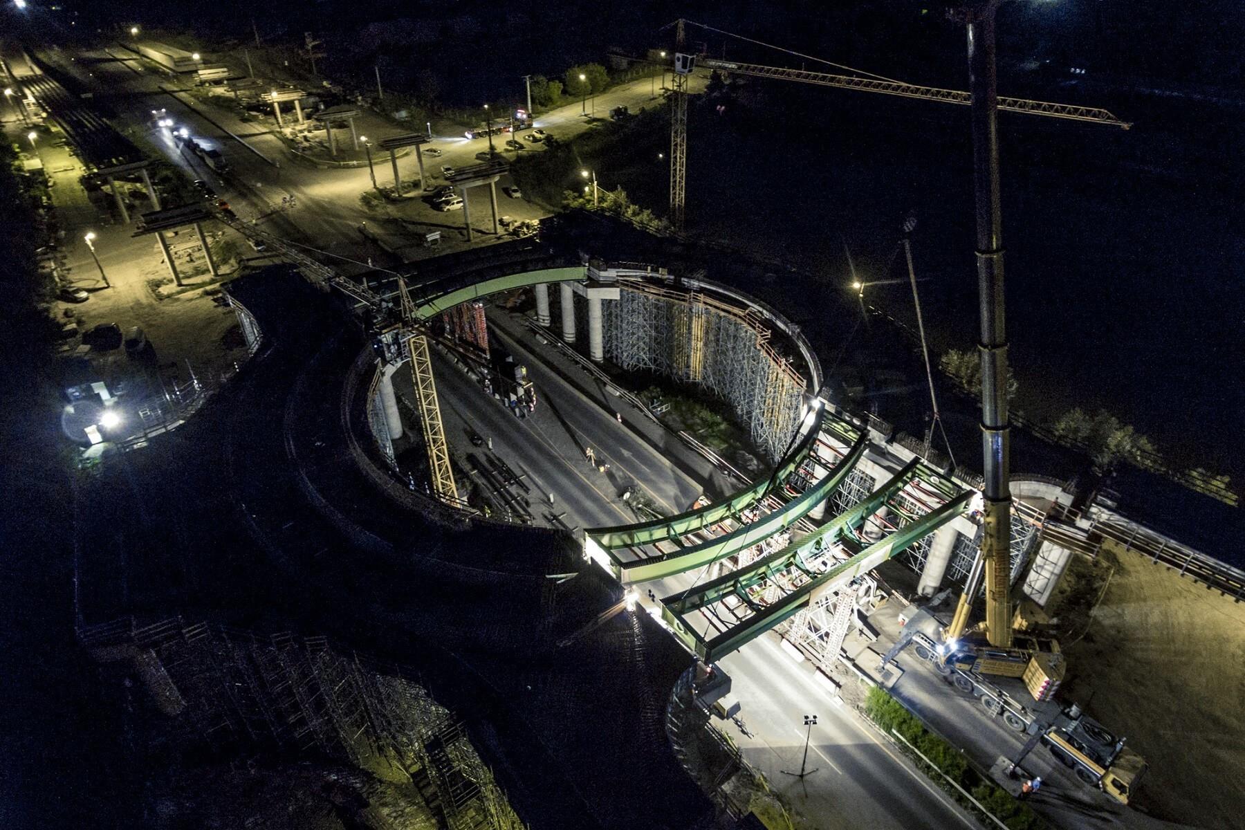Éjjel emelte be a négyszáz tonnás daru a hódmezővásárhelyi körhíd gerendáit
