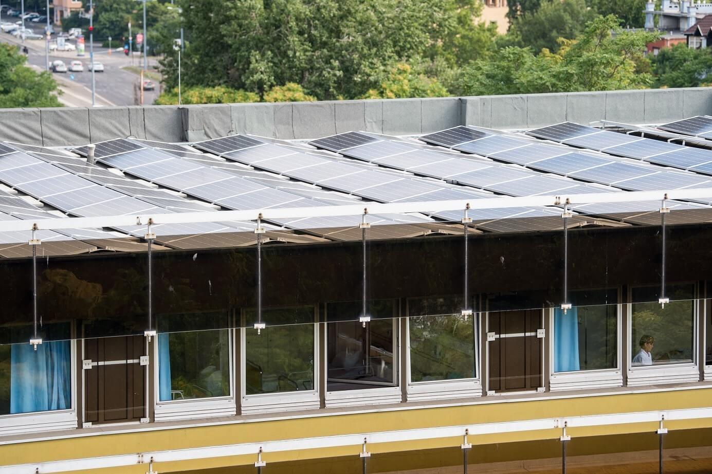 Sokmilliós megtakarítást jelent az óbudai kórházra felszerelt 780 napelem