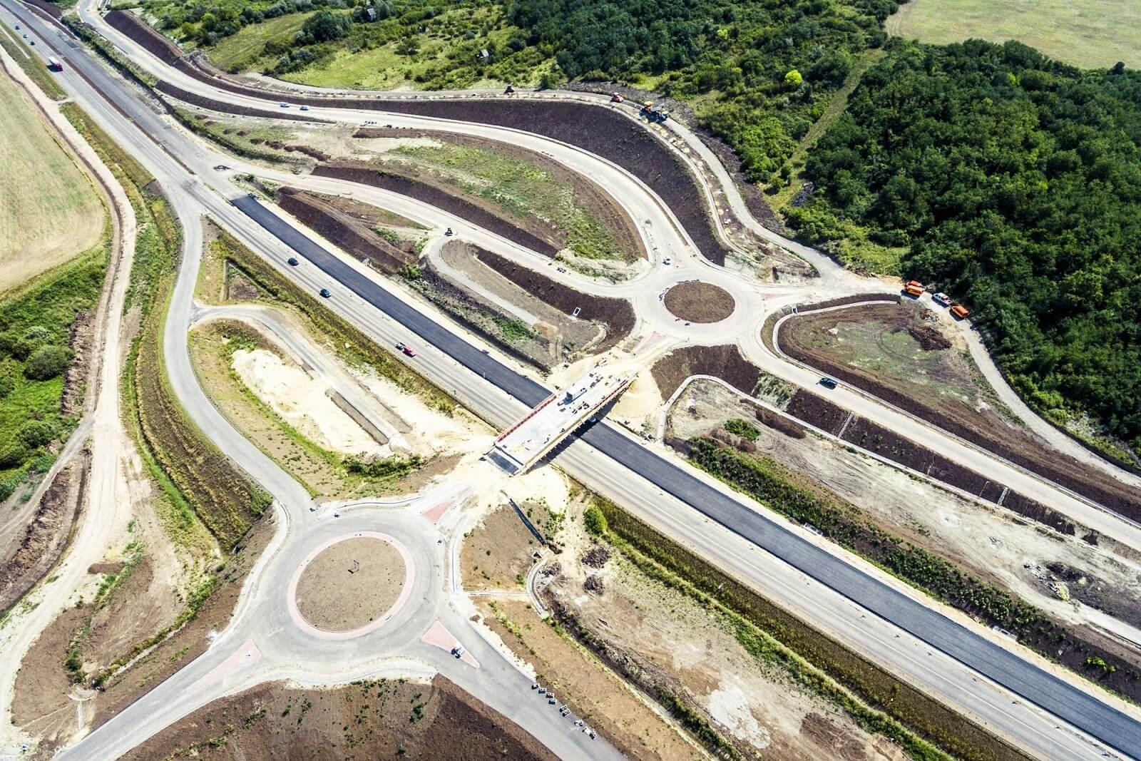 Újabb siker a 21-es főúton: a Colas és az EuroAszfalt is előbb végezhet