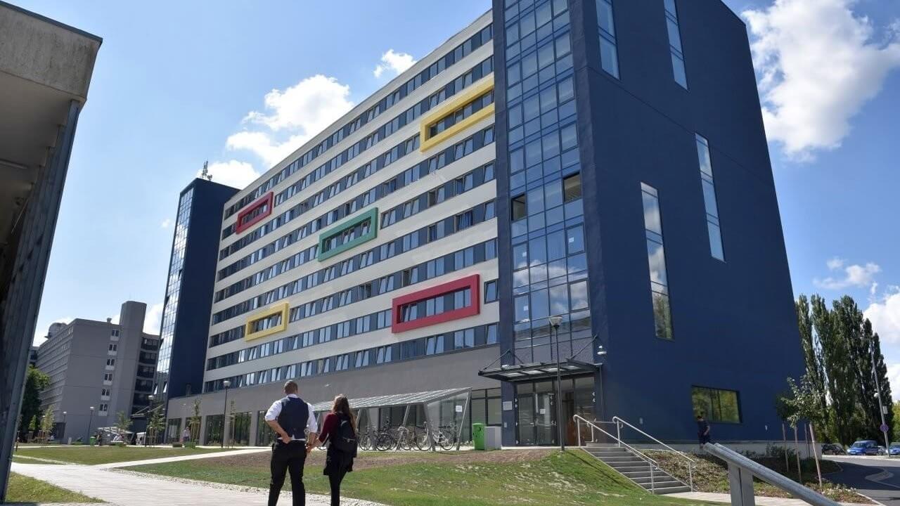 Tízszintes épületet adtak át a győri Széchenyi István Egyetemen