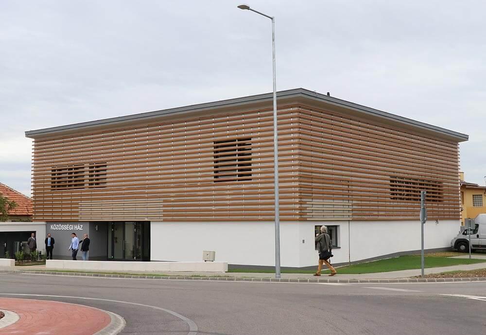 Könyvtárral, színpaddal felszerelt közösségi ház nyílt Érden
