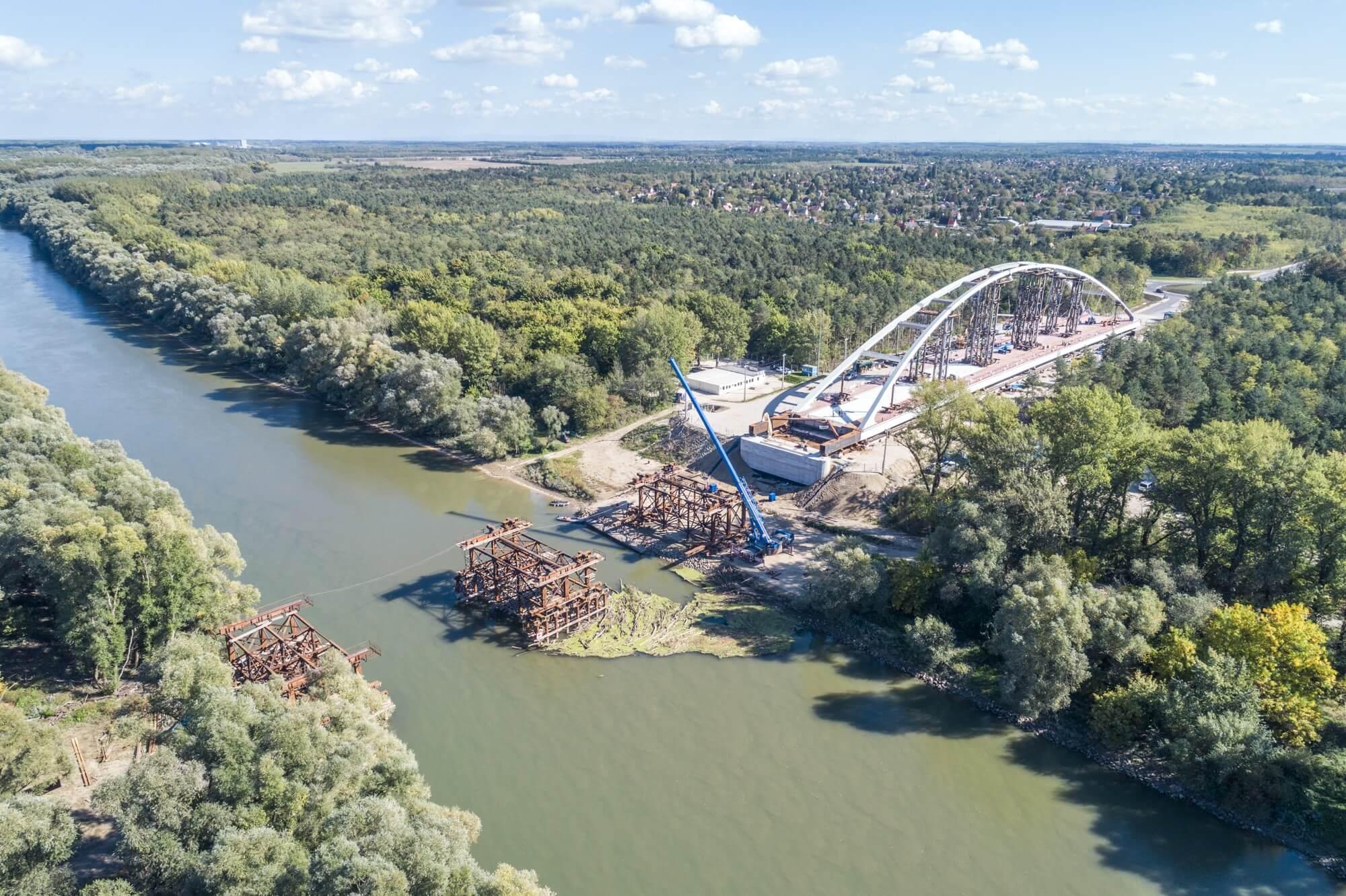 Elkezdődött a győri hídépítés leglátványosabb szakasza