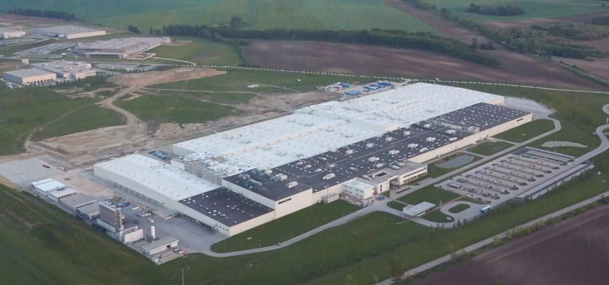 Közel százezer négyzetméteres csarnokot épített Tatabányán a Bridgestone