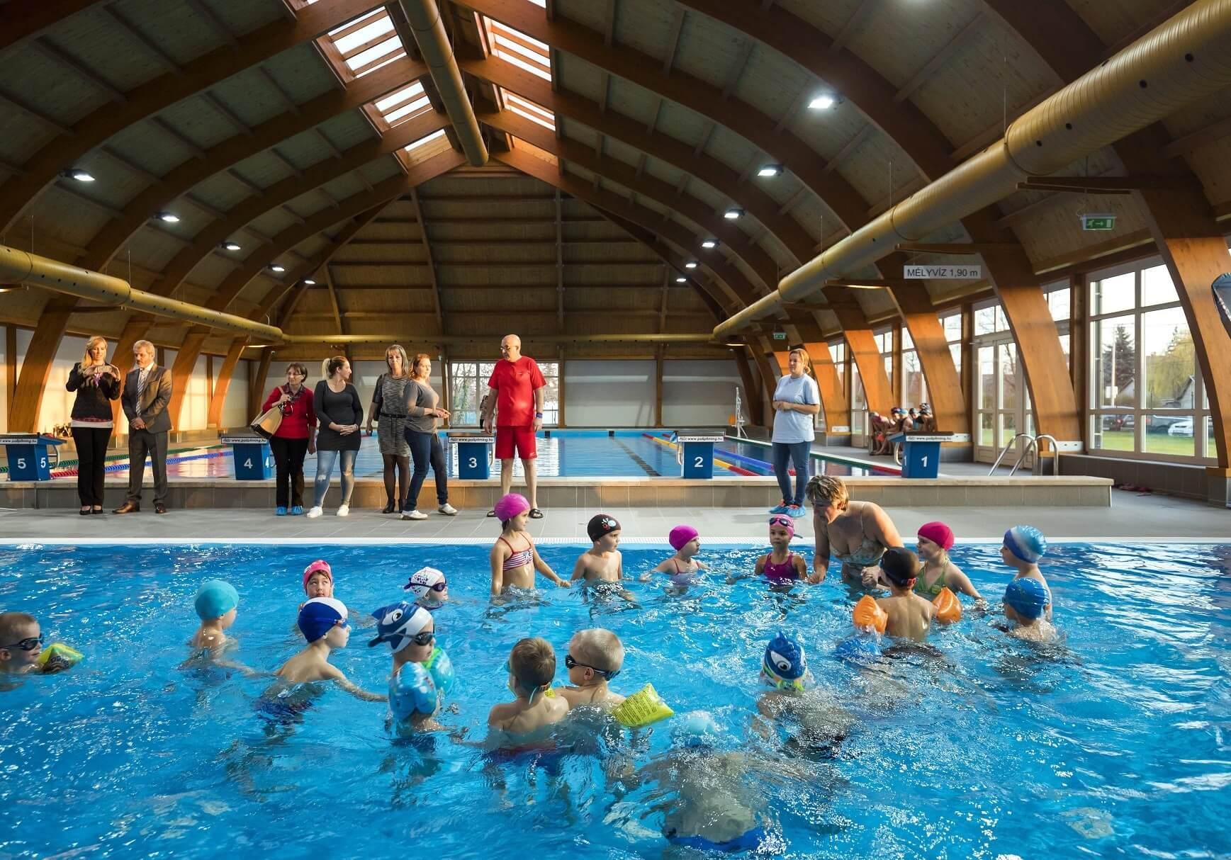 3500 gyerek tanulhat úszni a Gyálon átadott uszodában