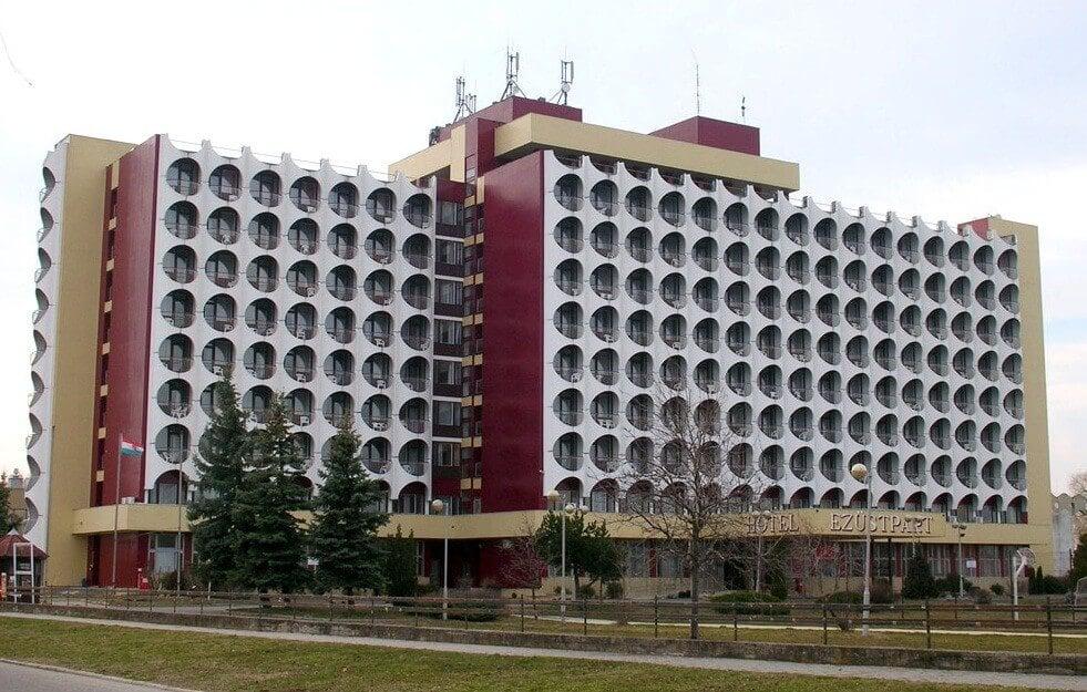 Balatoni panorámás társasházzá válik Siófok ikonikus szállodája
