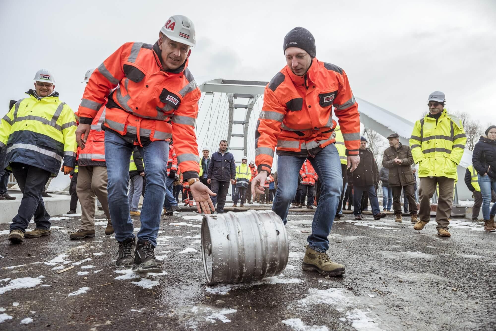 Már át lehet kelni a Mosoni-Duna hídon