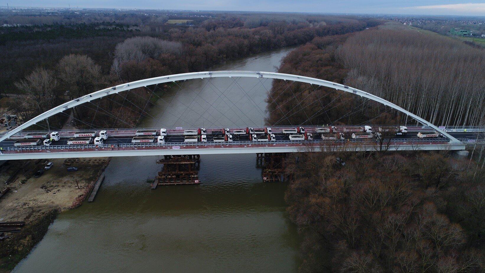 Sikeresen vizsgázott a próbaterhelésen a Mosoni-Duna híd