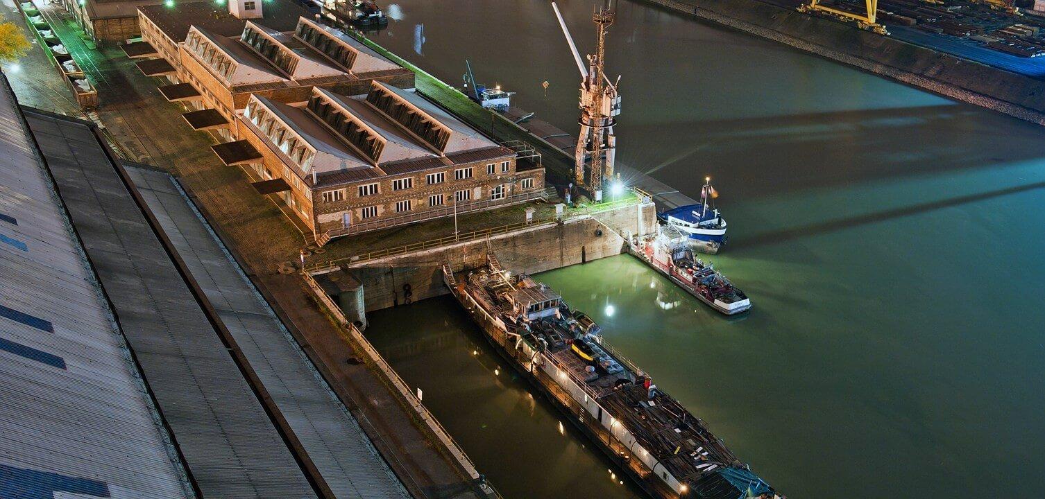 Mobil árvízvédelmi gát épül a csepeli Szabadkikötőben