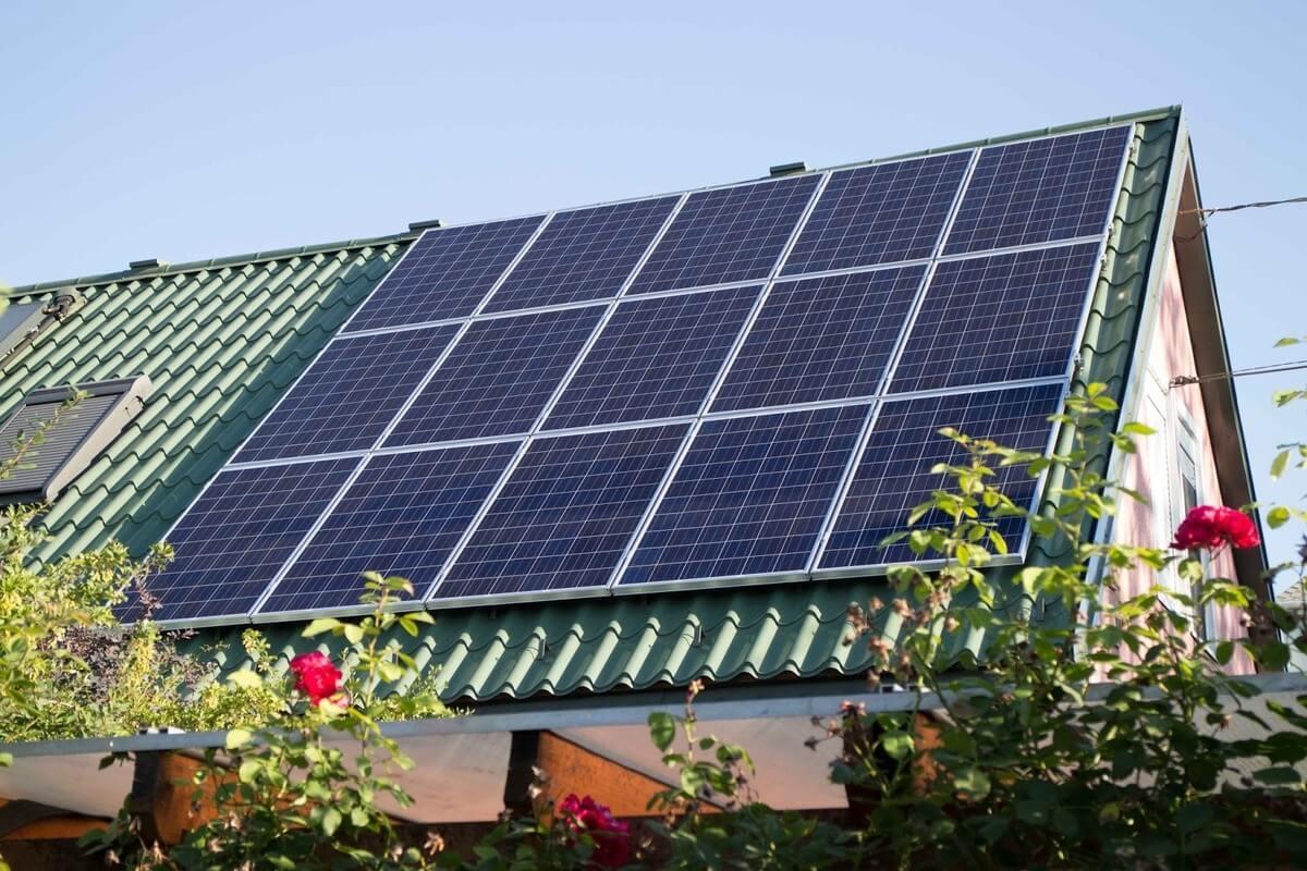 Közel háromezer háztartásban épült napelemes erőmű 6 hónap alatt