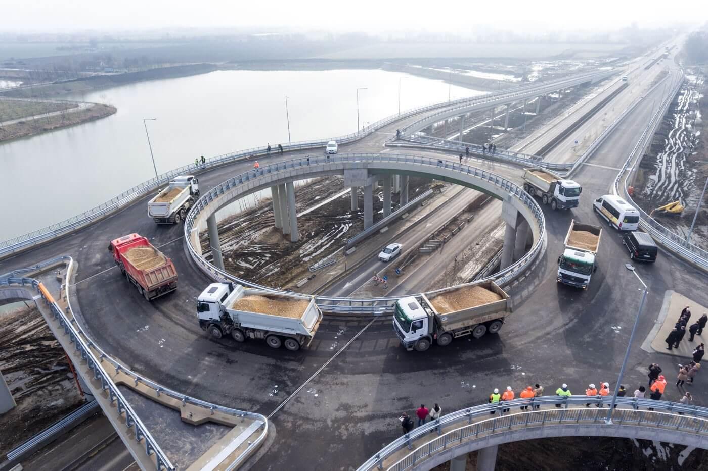 240 tonnával tesztelik a 47-es út új körhídját