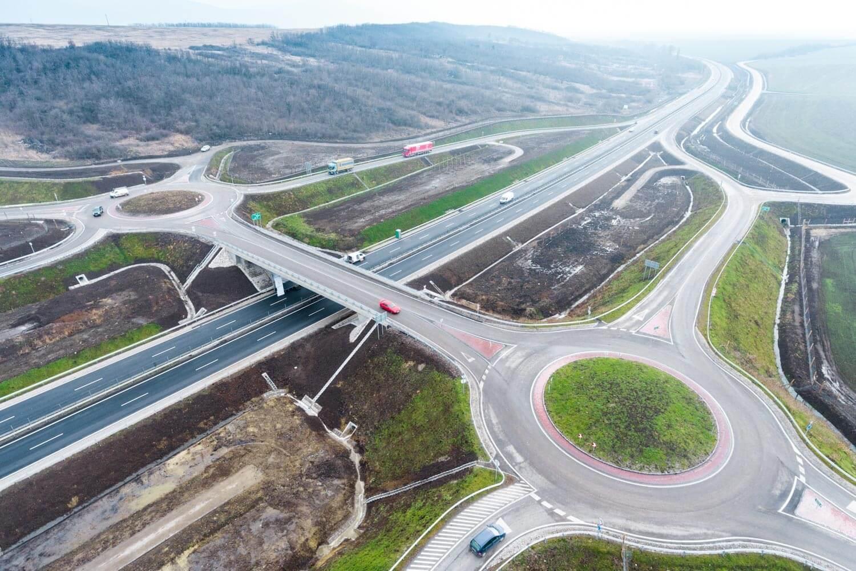 Hónapokkal a határidő előtt adták át a 21-es út új szakaszait